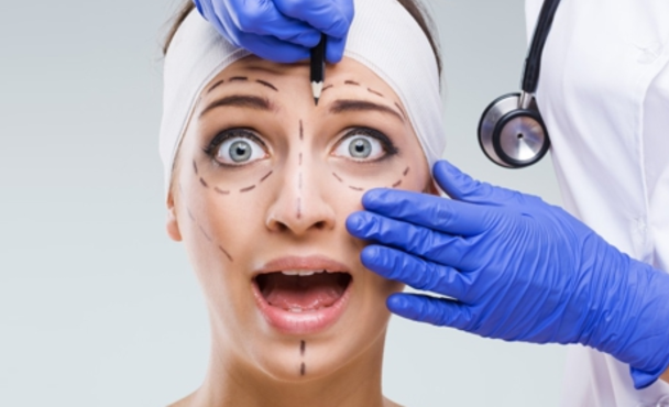 """Chirurgia estetica e giovanissimi, un fenomeno in crescita impressionante: """"Il  bisogno di omologazione sta annullando le personalità"""""""